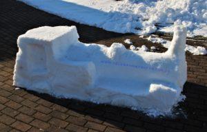 Dampflok aus Schnee